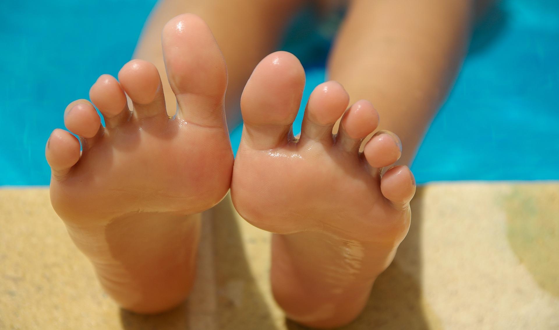 feet-830503_1920